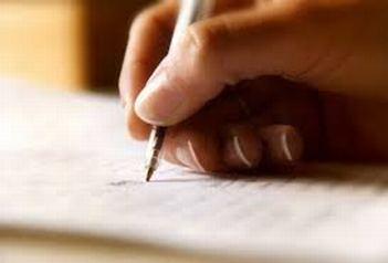 mano-scrive-una-lettera